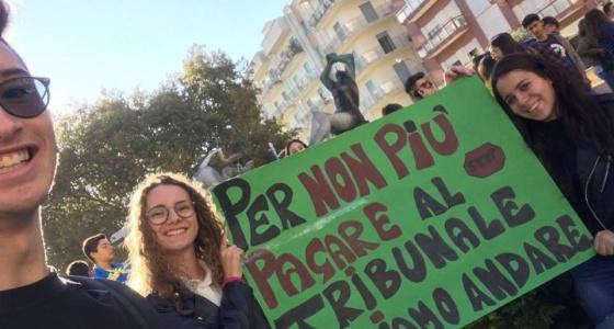 """Una pacifica protesta.""""Siamo studenti non turisti"""""""